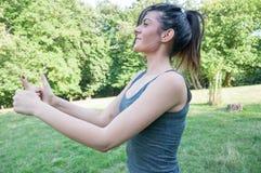 L'atleta femminile dice okay con le sue mani Fotografia Stock Libera da Diritti