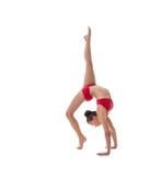 L'atleta femminile esegue il verticale relativo alla ginnastica Fotografie Stock Libere da Diritti