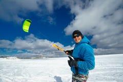 L'atleta guida un aquilone nell'inverno Fotografia Stock