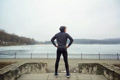 L'atleta nell'inverno del parco ad allenamento primaverile Fotografia Stock