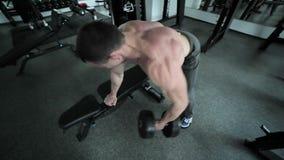 L'atleta prepara i muscoli del braccio stock footage