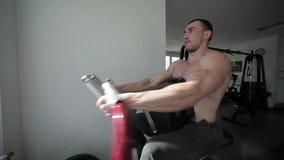 L'atleta prepara le sue mani archivi video