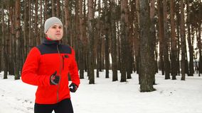 L'atleta prepara per la maratona dell'inverno stock footage