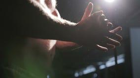 L'atleta può magnesia della palma, primo piano delle mani archivi video