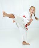 L'atleta in un kimono esegue una circolare della gamba di scossa Immagini Stock