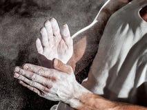 L'atleta usa la magnesia prima della formazione Fotografie Stock Libere da Diritti