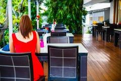 L'atmosfera del ristorante, la tavola di legno con la cima bianca ed il garofano rosso Immagine Stock Libera da Diritti