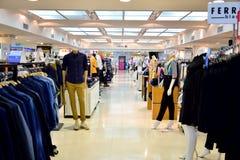 L'atmosfera nel centro commerciale ed i pantaloni nel grande magazzino fotografia stock libera da diritti