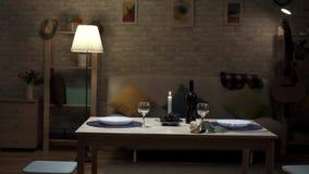 L'atmosfera romantica ha coperto la tavola di frutta e di vino archivi video