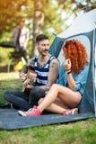 L'atmosphère agréable à la colonie de vacances avec la musique et la guitare Photos stock