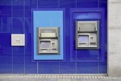 L'atmosphère de banque a automatisé le distributeur automatique de billets libre de retrait dans le mur photos libres de droits