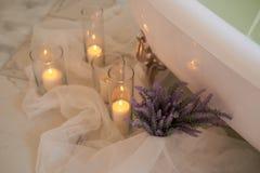 L'atmosphère de la relaxation Bougies brûlantes et un groupe de lavande Aromatherapy et bain Images stock