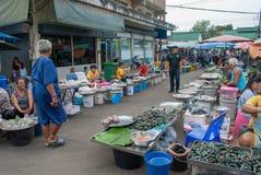 L'atmosphère du marché de produits frais local thaïlandais le soir, en grande partie image stock