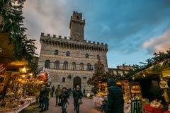 L'atmosphère enchantée au marché de Noël du centre historique de Montepulciano avec le grand arbre de Noël Photos libres de droits