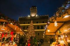 L'atmosphère enchantée dans la belle place de Montepulciano avec le marché et l'arbre de Noël Photographie stock