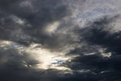 L'atmosphère et le nuage de ciel avant pluie Photo libre de droits