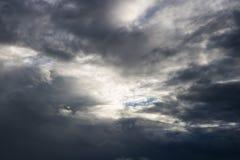 L'atmosphère et le nuage de ciel avant pluie Photographie stock