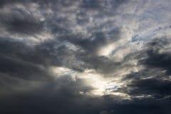 L'atmosphère et le nuage de ciel avant pluie Image stock