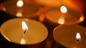 L'atmosphère mystique et bougies de effacement, plan rapproché de lueur d'une bougie dans la chambre noire clips vidéos