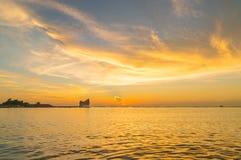 L'atmosphère pendant le coucher du soleil chez Koh Loi Sriracha, Chonburi, Thaïlande Photos stock