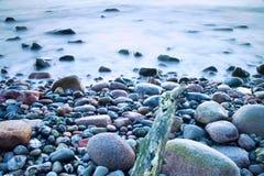 L'atmosphère romantique dans le matin paisible en mer Grands rochers collant de la mer onduleuse lisse Horizon rose photos stock