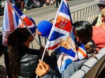 L'atmosphère royale de mariage dans les drapeaux femelles de Windsor, femme Image libre de droits