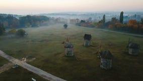 L'atmosphère rurale authentique de moulins clairière avec des moulins dans le village ukrainien de campagne Belle nature calme d' clips vidéos