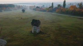 L'atmosphère rurale authentique de moulins de village ukrainien de campagne Clairière de campagne avec des moulins Belle nature c clips vidéos