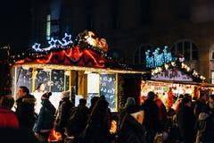 L'atmosphère traditionnelle du marché de Noël sur la rue française Photographie stock libre de droits