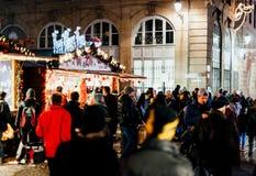 L'atmosphère traditionnelle du marché de Noël sur la rue française Images libres de droits