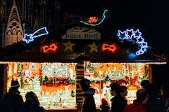 L'atmosphère traditionnelle du marché de Noël sur la rue française Images stock
