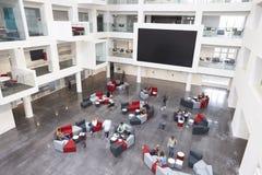 L'atrio ed il vetro moderni dell'ingresso dell'università hanno fronteggiato le stanze di studio Immagini Stock Libere da Diritti