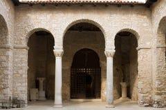 L'atrio nella basilica di Euphrasian in Porec fotografie stock libere da diritti