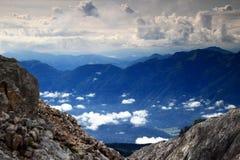 L'attaccatura bassa si rannuvola la valle di Bohinj, Julian Alps, Slovenia Immagine Stock