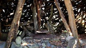 L'attaccatura cucinando il vaso dentro la strega alloggia la capanna stock footage
