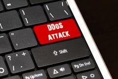 L'attaque de DDoS sur le rouge entrent dans le bouton sur le clavier noir Images libres de droits