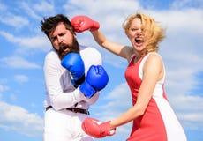 L'attaque est la meilleure défense Couples dans le combat d'amour Défendez votre avis dans la confrontation Attaque femelle Famil photo stock