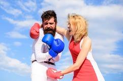 L'attaque est la meilleure défense Défendez votre avis dans la confrontation Attaque femelle Vie de famille de relations en tant  photo stock