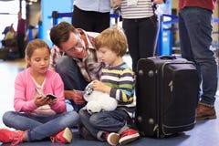 L'attente de famille dans la file d'attente à l'aéroport signent Photos libres de droits
