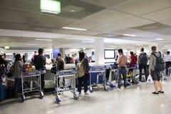 L'attente de personnes de voyageurs d'Allemand et d'étranger reçoivent le bagage sur le convoyeur de carrousel à l'aéroport inter Images libres de droits