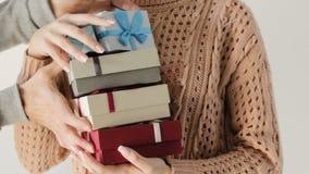 L'attente enthousiaste de fille reçoivent les vacances actuelles de boîte-cadeau banque de vidéos
