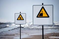 L'attenzione firma vicino al mare con tempo tempestoso Fotografia Stock