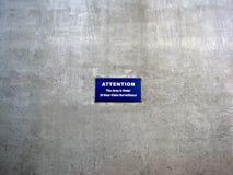 L'attenzione questa area è di 24 ore nell'ambito del segno di sorveglianza fotografia stock