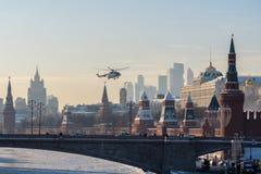 L'atterraggio dell'elicottero sul territorio del Cremlino di Mosca fotografia stock libera da diritti