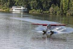 L'atterraggio piano del galleggiante su Chena Rive Immagine Stock