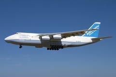 L'atterrissage énorme d'Antonov An-124 Image libre de droits