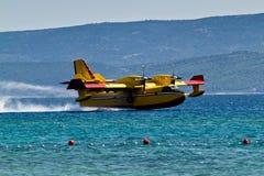 L'atterrissage d'aéronefs de lutte contre l'incendie pour prennent l'eau Image stock