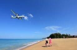 L'atterrissage d'avion à l'aéroport de Phuket au-dessus de Mai Khao Beach Images libres de droits