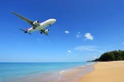 L'atterrissage d'avion à l'aéroport de Phuket au-dessus de Mai Khao Beach Image libre de droits