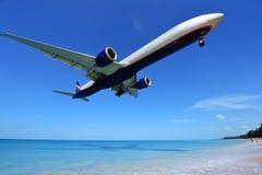 L'atterrissage d'avion à l'aéroport de Phuket au-dessus de Mai Khao Beach Images stock